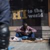 Paris: De violents affrontements éclatent entre des migrants installés à la halle Pajol.