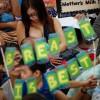 Des milliers de femmes seins nus à Manille pour défendre l'allaitement.