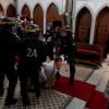 Socialisme et Christianophobie d'état : prêtre trainé par terre par les CRS.