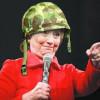Hillary Clinton accusée d'être aidée par une oreillette pendant une émission.