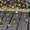 Paris: Les cadenas d'amour vendus aux enchères au profit des réfugiés.